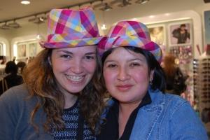 Essai de chapeau, à gauche c'est moi et à droite c'est mon amie Elsa :-)